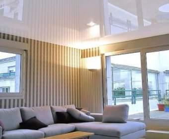 Почему натяжные потолки пахнут и нормально ли это?