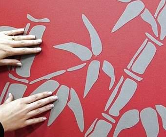 Как приклеить декоративную наклейку на стену: инструкция по нанесению наклейки с фото