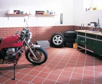 Отделка пола в гараже: эпоксидная краска, плитка или бетон?