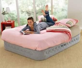 В чем разница между надувным матрасом и надувной кроватью?
