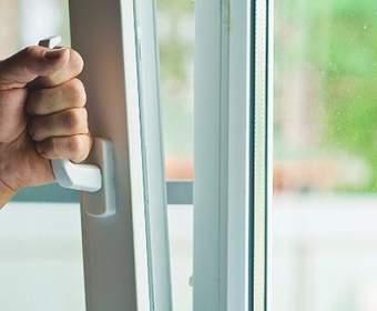 Преимущества и недостатки пластиковых и деревянных окон